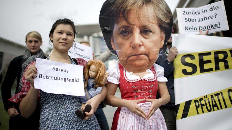 Les masques d'Angela Merkel font leur apparition en marge des sommets européens ou dans les manifestations, comme ici à Berlin, le 6 juin 2012. (IPON-BONESS / SIPA)