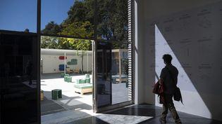 Un visiteur dans le pavillon de l'Autriche, 17e Biennale d'architecture de Venise, le 20 mai 2021 (MARCO BERTORELLO / AFP)