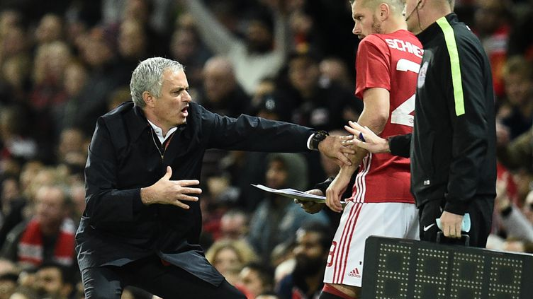 L'entraîneur de Manchester United, José Mourinho, s'adresse à Morgan Schneiderlin (OLI SCARFF / AFP)