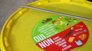 Un container de tri qui indique les aliments autorisés en bio déchets pour le compostage, en Isère. L'association Rovalterreeffectue une collecte de bio déchets en vélo, deux fois par semaine, auprès des commerçants de Romans-sur-Isère. (NICOLAS GUYONNET / HANS LUCAS / HANS LUCA VIA AFP)