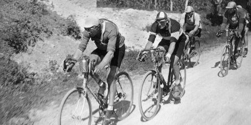 Le 2 juillet 1927, lors de 12e étape du tour de France, entre Luchon et Perpignan: le Luxembourgeois Nicolas Frantz, maillot jaune, précède le Français André Leducq. (AFP - STAFF)