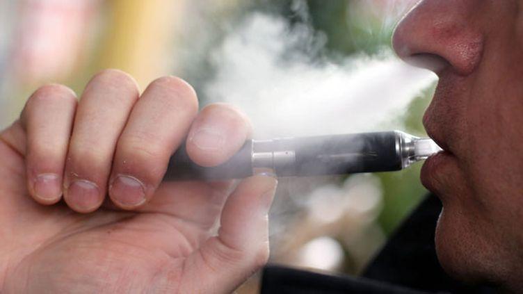 """(Pour le Dr. Bernard Dautzenberg, président de l'Office français de prévention du tabagisme, la vapoteuse reste """"infiniment moins nocive"""" que la cigarette © MaxPPP)"""
