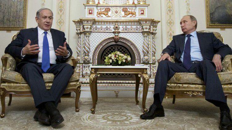 Vladimir Poutine a réaffirmé à Benjamin Netanyahu les relations spéciales entre Israël et la Russie lors de sa réception, le 21 septembre 2015, à la résidence présidentielle de Novo Ogaryovo. (Ivan Sekretarev/POOL/AFP)