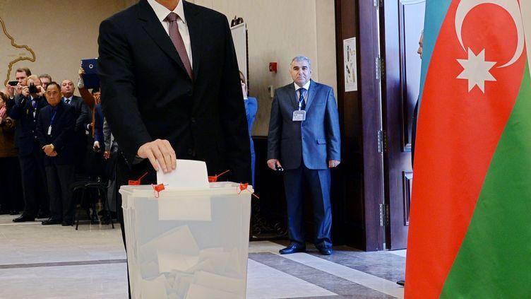 Le président azerbaïdjanais, Ilham Aliev, vote pour la présidentielle, le 9 octobre 2013, à Bakou (Azerbaïdjan). ( AFP )