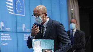Charles Michel, le président du Conseil européen, arrive à une conférence de presse après un sommet européen en visioconférence à Bruxelles (Belgique), le 19 août 2020. (OLIVIER HOSLET / AFP)