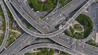Photo aérienne des routes de la ville de Wuhan (Chine), le 16 avril 2020. (STR / AFP)