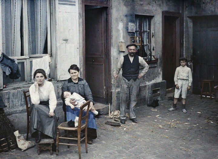 """Anonyme, """"Paris 5e, une famille rue du Pot de fer, juillet 1914"""", autochrome (© Département des Hauts-de-Seine – Musée départemental Albert-Kahn – Collection des Archives de la Planète)"""