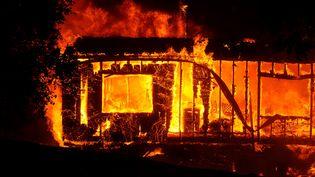 Une maison ravagée par les flammes, dans le comté de Sonoma, en Californie (Etats-Unis), le 25 octobre 2019. (NEAL WATERS / ANADOLU AGENCY / AFP)
