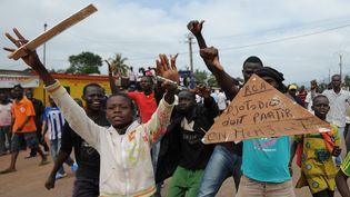 Des adolescents centrafricains réclamant la démission du présidentDjotodia, le 10 décembre 2013 dans les rues de Bagui (Centrafrique). (SIA KAMBOU / AFP)