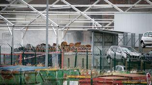 Des fûts endommagés dans l'usine de Lubrizol, à Rouen, le 11 octobre 2019. (LOU BENOIST / AFP)