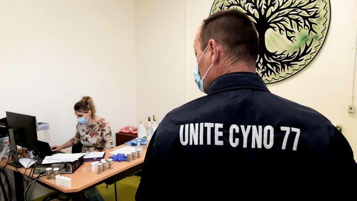 Un membre de l'unité cynophile duservicedépartemental d'incendie et de secours de Seine de Marne. (BENJAMIN ILLY / RADIOFRANCE)