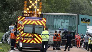 Des secouristes sur le site d'un accident de la route, à Courteranges (Aube), le 22 juillet 2014. (FRANCOIS NASCIMBENI / AFP)