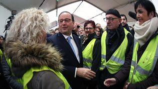 François Hollande, le 13 janvier 2019 avec des Gilets Jaunes à Lespesses, Nord-Pas-de-Calais  (Ludovic Maillard / PHOTOPQR/VOIX DU NORD/MAXPPP)