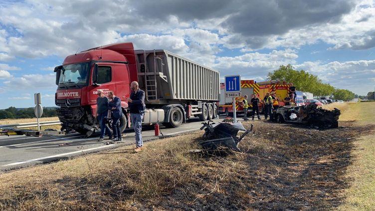 Le camion a percuté de plein fouet la voiture qui arrivait en face. (STÉPHANE MAGGIOLINI / FRANCE-BLEU CHAMPAGNE)