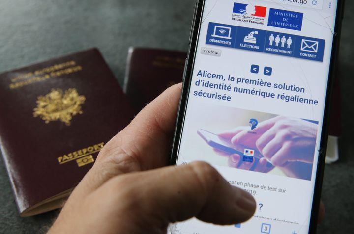 L'application pour smartphone Alicem, en cours de développement par l'Agence nationale des titres sécurisés, utilise la reconnaissance faciale pour valider son identité. Elle sera disponible d'ici 2022. (JEAN-FRANCOIS FREY / MAXPPP)