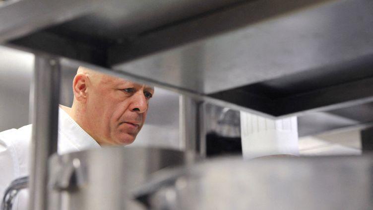 """Le cuisinier Thierry Marx dans sa cuisine au """"Sur Mesure"""" du """"Mandarin Oriental"""". (NATHANAËL CHARBONNIER / RADIO FRANCE)"""