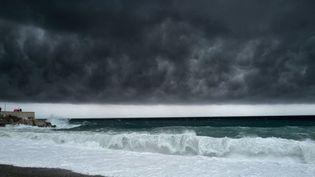 Des nuages noirs au-dessus de Nice (Alpes-Maritimes), le 2 octobre 2020, à l'approche de la tempête Alex. (VALERY HACHE / AFP)