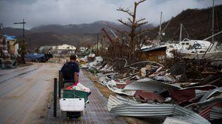 Un habitant de l'île de Saint-Martin au milieu des décombres, samedi 9 septembre. (MARTIN BUREAU / AFP)