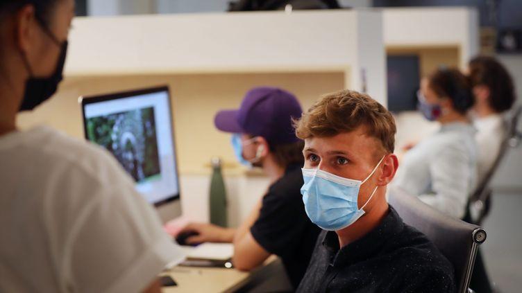 Des salariés portant leur masque au travail, dans une entreprise de la métropole lilloise, le 21 juillet 2020. (MAXPPP)