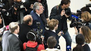 Le maire de Levallois-Perret (Hauts-de-Seine) Patrick Balkany arrive au tribunal, le 13 mai 2019 à Paris, avec son avocat Eric Dupond-Moretti (à gauche). (BERTRAND GUAY / AFP)