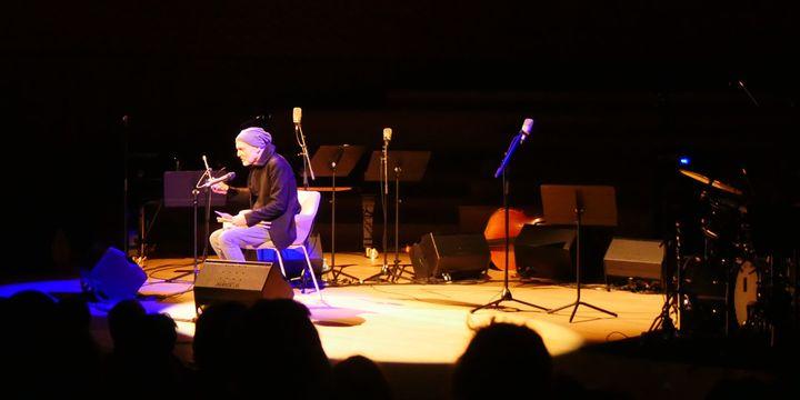 Aldo Romano s'adresse au public de la Seine Musicale (9 février 2019)  (Annie Yanbékian / Culturebox)