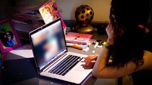 Une adolescente regarde des images pornographiques sur son ordinateur. Photo d'illustration. (NURPHOTO / CORBIS HISTORICAL / GETTY IMAGES)
