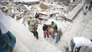 Les secours tentent d'extraire des survivants des décombres, après le violent séisme qui touché Katmandou, capitale du Népal, le 25 avril 2015. (NARENDRA SHRESTHA / MAXPPP)