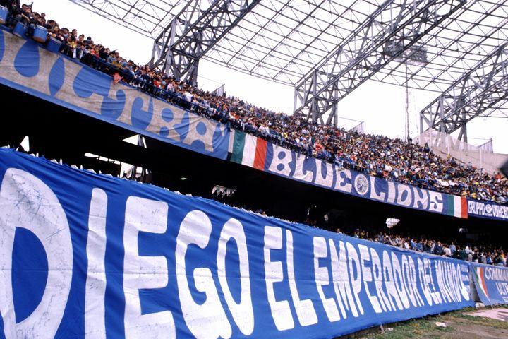 """Une banderole des supporters napolitains accrochée aux tribunes du stade San Paolo, à Naples, le 4 juin 1989 : """"Diego, l'empereur du monde"""". (FRANCO ORIGLIA / GETTY IMAGES EUROPE)"""