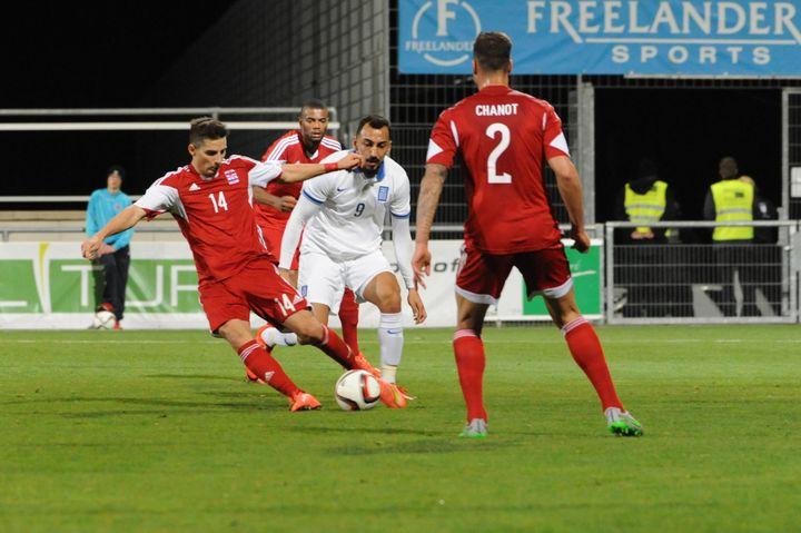 Le Luxembourgeois Kevin Malgetéchappe au Grec Kostas Mitroglou lors d'un match amical remporté par le Luxembourg (1-0), le 13 novembre 2015 à Differdange. (SOPHIE KIP / AFP)
