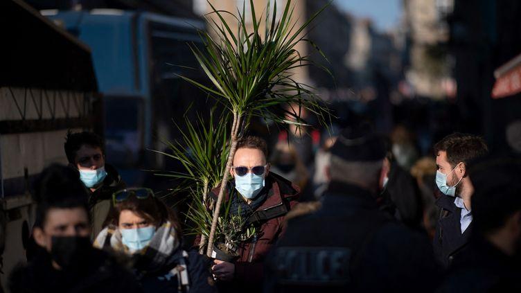 Des passants masqués dans une rue de Rennes (Ille-et-Vilaine), le 9 janvier 2021. (LOIC VENANCE / AFP)