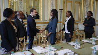 Emmanuel Macron reçoit des représentants d'une association de victimes du génocide rwandais, le 5 avril 2019. (PHILIPPE WOJAZER / POOL / REUTERS POOL)
