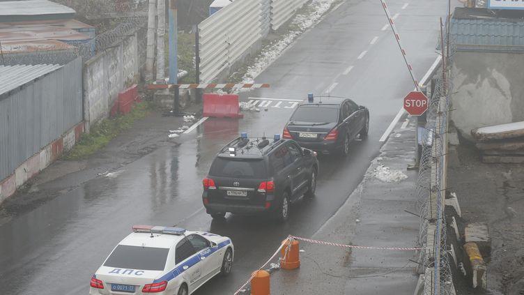 Des enquêteurs russes arrivent, mardi 21 octobre 2014, sur le tarmac de l'aéroportde Vnoukovo, à Moscou, où un accident a coûté la vie à Christophe de Margerie, le patron de Total. (MAXIM SHEMETOV / REUTERS)
