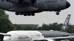 Un Airbus A400M atterrit alors que François Hollande inaugure le Salon du Bourget le 15 juin 2015. (ERIC PIERMONT / AFP)