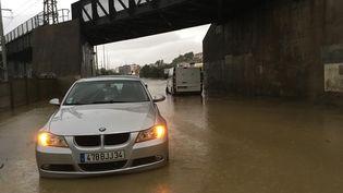 Une voiture bloquée par les inondations à Béziers (Hérault), le 23 octobre 2019. (FRANCE TELEVISIONS)