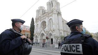Des policiers en faction devant la basilique Notre-Dame à Nice le 29 octobre 2020. (ERIC GAILLARD / AFP)