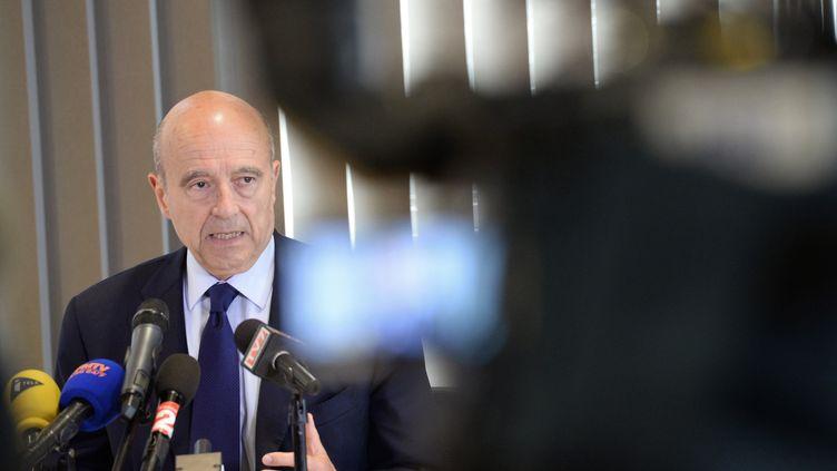 Alain Juppé répond aux questions des journalistes, le 27 mai 2014, juste après l'affaire Bygmalion et la démission de Jean-François Copé. (MEHDI FEDOUACH / AFP)