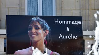 Une affiche rend hommage à Aurélie Châtelain, à Caudry (Nord), le 22 avril 2015. (FRANCOIS LO PRESTI / AFP)