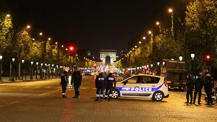 Des policiers bouclent les Champs-Elysées après la mort d'un des leurs dans une fusillade, le 20 avril 2017, à Paris. (MAXPPP)