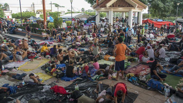 Des réfugiés venus d'Amérique centrale en exil vers les Etats-Unis se reposent au Mexique, le 25 octobre 2018. (JESUS ALVARADO / SPUTNIK)