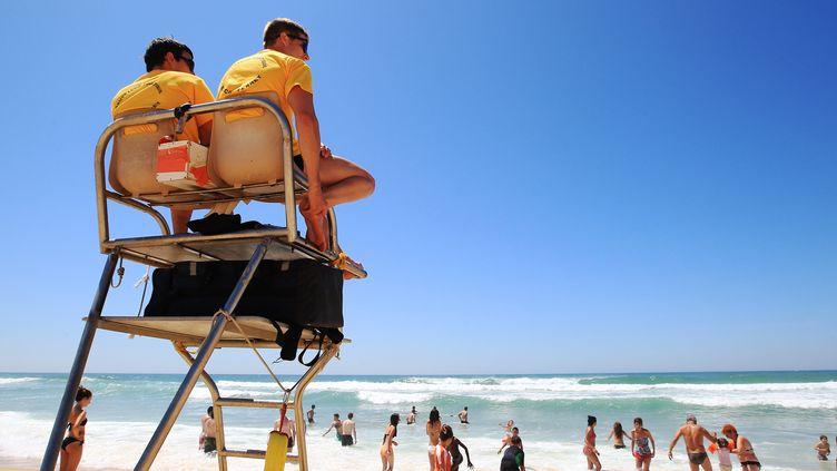 Des CRS à la plage de L'Horizon, au Cap Ferret (Gironde), le 6 juillet 2013. (MAXPPP)