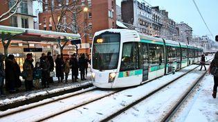Le tram a connu des perturbations dans Paris, mecredi 7 février. (ANTHONY DEPERRAZ / CROWDSPARK / AFP)