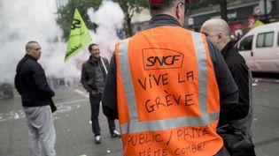Des cheminots en grève près de l'ancien siège de la SNCF à Paris, le 6 juin 2016. (MAXPPP)