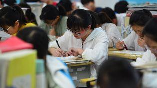 Des lycéens chinois révisent pour leGaokao, l'examen d'entréeà l'université,le 1er juin 2019 à Fuyang (photo d'illustration). (CHINAFOTOPRESS / MAXPPP)