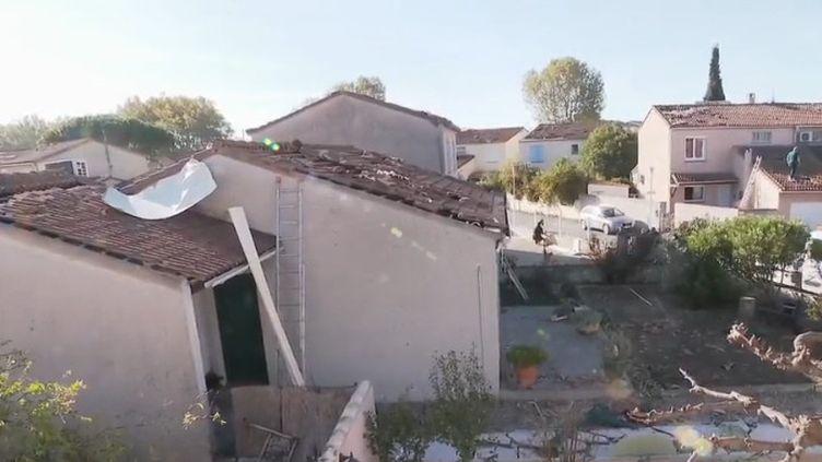 Arles (Bouches-du-Rhône) a été touchée par une tornade dévastatrice dans la nuit de lundi 14 à mardi 15 octobre. Après le choc, les sinistrés mesurent l'ampleur des dégâts. Plus de 170 maisons ont été touchées. Les travaux de nettoyage et de reconstruction s'annoncent longs. (CAPTURE ECRAN FRANCE 2)