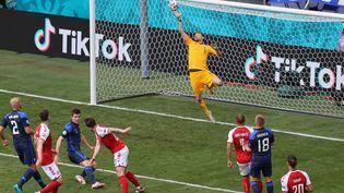 Lucas Hradecky arrête la tête de Hojbjerg lors du match entre le Danemark et la Finlande, le 12 juin (WOLFGANG RATTAY / POOL)