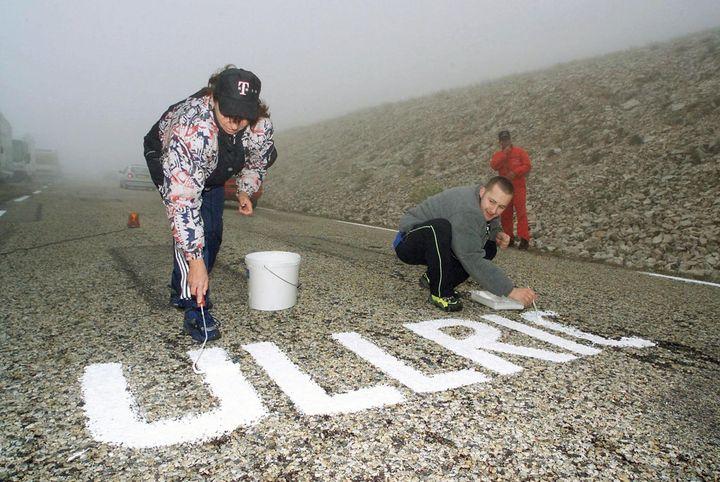 Des fans de l'Allemand Jan Ullrich inscrivent son nom à la peinture blanche sur les pentes du mont Ventoux (Vaucluse), le 12 juillet 2000. (PATRICK KOVARIK / AFP)