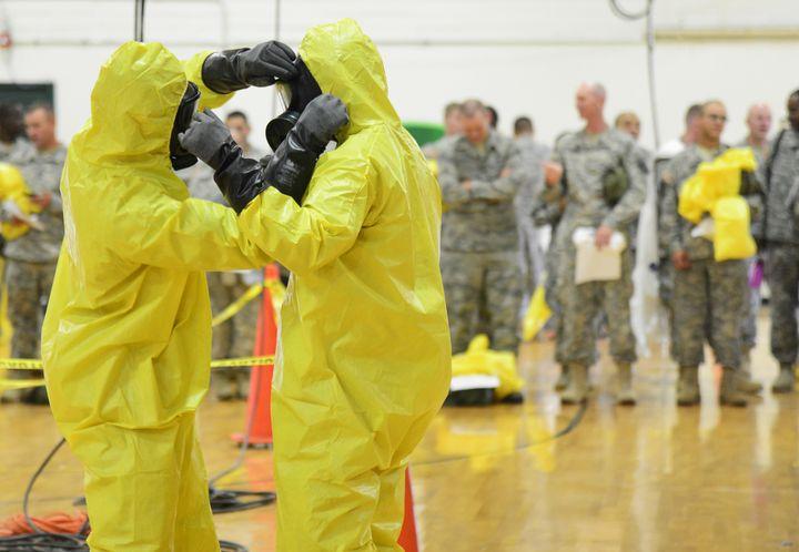 Des soldats américains s'entraînent à s'équiper contre le virus Ebola, àFort Campbell (Kentucky), le 9 octobre 2014. (HARRISON MCCLARY / REUTERS)