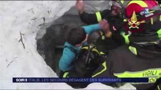 Les secours dégage un enfant des décombres de l'hôtel. (FRANCE 3)