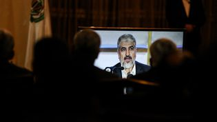 Le dirigeant du Hamas, Khaled Mechaal, donne une conférence de presse, lundi 1er mai 2017 à Doha (Qatar). (MUSTAFA HASSONA / ANADOLU AGENCY / AFP)