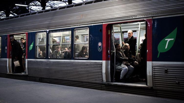Des passagers patientent à bord d'un Transilien, à la gare Saint-Lazare, à Paris, le 9 avril 2018. (PHILIPPE LOPEZ / AFP)